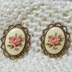 Jewelry - Vintage gold tone flower earrings